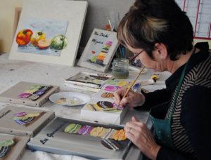 Marie-Christine Mabboux en train de peindre