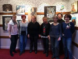 Membres de l'association devant leurs tableaux